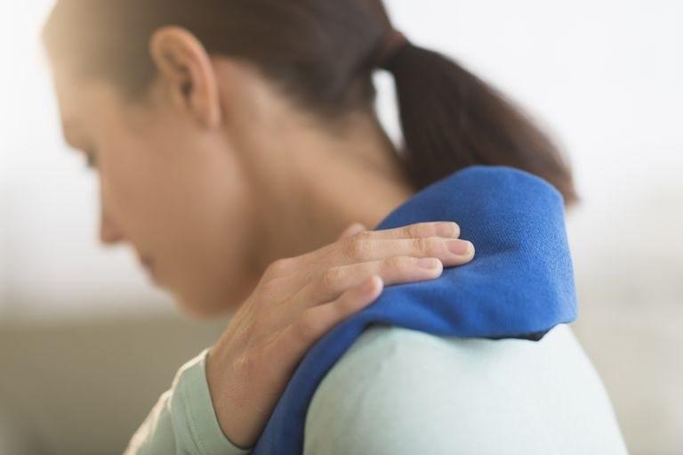 Người bệnh có thể chườm nóng hoặc lạnh để kiểm soát cơn đau tại nhà