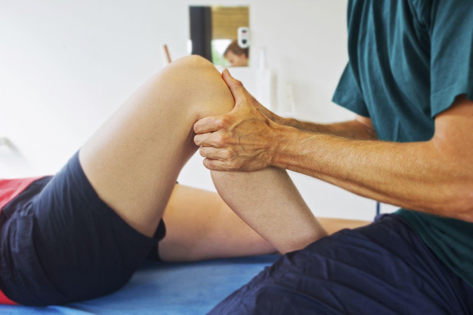 Tràn dịch khớp gối sau chấn thương có nguy hiểm không? Nếu không chữa trị có tự khỏi được không? 1