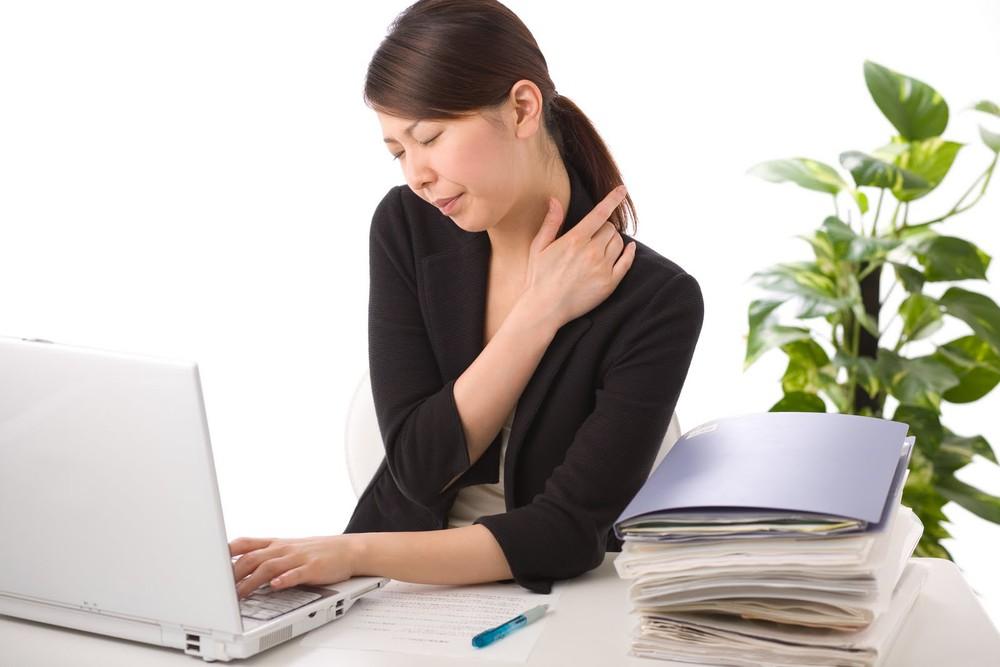 Ngồi quá lâu trên máy tính dễ gây đau nhức vai gáy