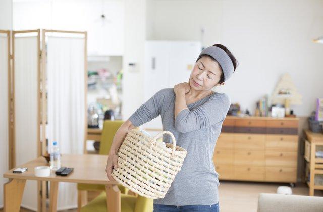 Mang vác vật nặng thường xuyên cũng dễ bị đau nhức vai gáy