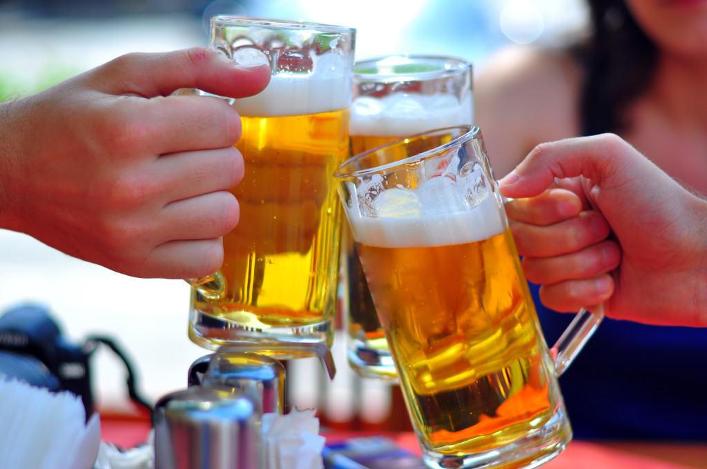viêm khớp có nên uống rượu bia