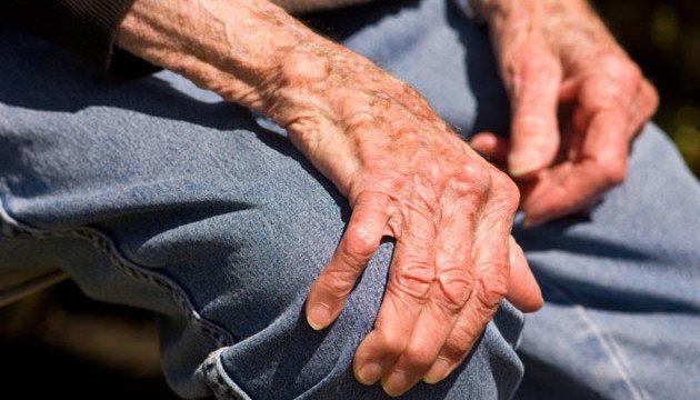 Sưng đau các khớp là dấu hiệu điển hình của viêm đa khớp