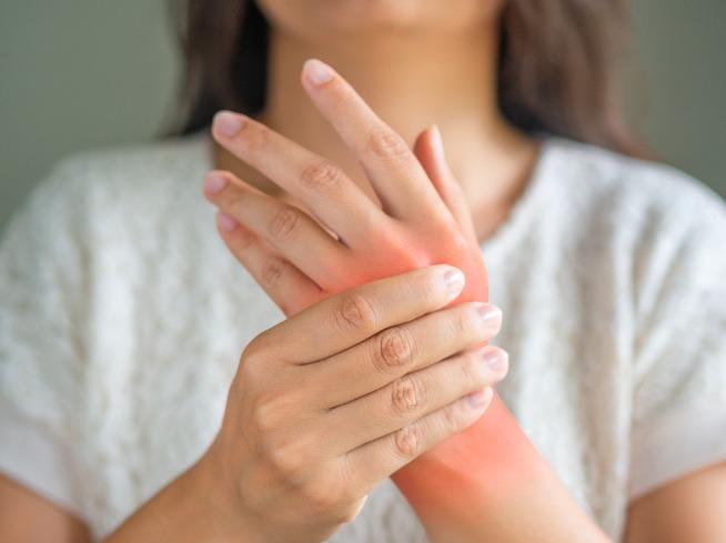 Các khớp tay sưng đau, cứng khớp