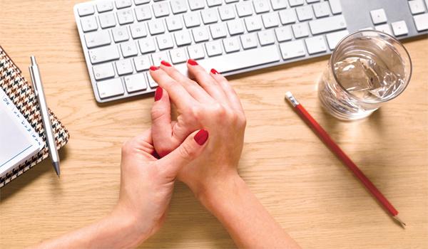 Dân văn phòng cũng là đối tượng nguy cơ cao mắc viêm khớp dạng thấp